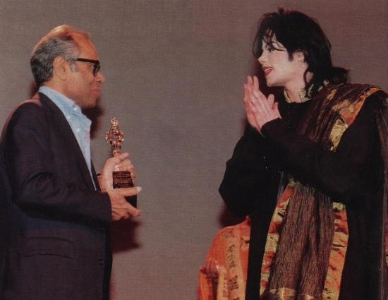 Michael Jackson at the Bollywood Movie Awards in New York 1999 in Manish Malhotra Kurta